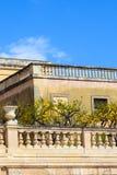 Árvores de limão com os limões maduros em terraços históricos no quadrado de Piazza Duomo em Siracusa, Sicília, Itália O quadrado foto de stock
