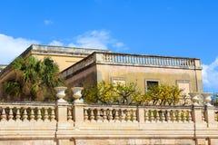 Árvores de limão no balcão histórico no quadrado de Piazza Duomo em Siracusa, Sicília, Itália O quadrado principal é ficado situa foto de stock royalty free