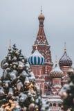 Árvores de Natal borradas no quadrado vermelho, Moscou Árvores de Natal e fundo de St Basil Cathedral fotos de stock royalty free