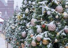 Árvores de Natal cobertos de neve com brinquedos e festões no quadrado vermelho em Moscou fotografia de stock royalty free