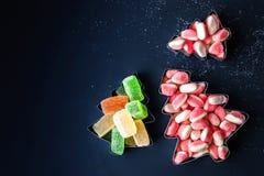Árvores de Natal coloridas da geleia nos formulários para a opinião superior dos biscoitos Fotos de Stock