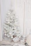 Árvores de Natal com o montão das caixas de presente sobre o fundo branco, interior, ano novo Imagem de Stock Royalty Free