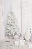 Árvores de Natal com o montão das caixas de presente sobre o fundo branco, interior, ano novo Foto de Stock Royalty Free