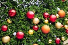 Árvores de Natal decoradas com fogo e as bolas coloridas imagens de stock