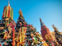 Árvores de Natal decoradas em honra da semana de Shrovetide em Moscou perto do quadrado vermelho Cenário bonito do colorido Fotos de Stock Royalty Free