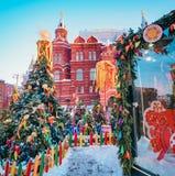 Árvores de Natal decoradas em honra da semana de Shrovetide em Moscou perto do quadrado vermelho Cenário bonito do colorido Imagem de Stock Royalty Free