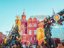 Árvores de Natal decoradas em honra da semana de Shrovetide em Moscou perto do quadrado vermelho Cenário bonito do colorido Imagem de Stock