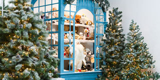 Árvores de Natal decoradas no fundo brilhante da festão Fotos de Stock