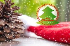 Árvores de Natal e palavra do Feliz Natal Feche acima dos cones do pinho Fotos de Stock