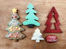 Árvores de Natal e pedra do Feliz Natal Fotos de Stock