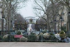 Árvores de Natal que estão sendo recicladas nas ruas de Paris, cargo Chr imagens de stock royalty free