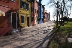Árvores e casas coloridas em uma margem em Burano, Veneza, Itália Foto de Stock Royalty Free