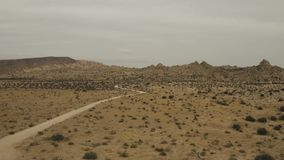 Árvores e casas de uma rua da sujeira no deserto filme