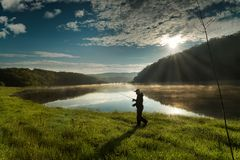Árvores e nuvens refletidas no lago Imagem de Stock