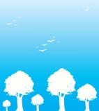 Árvores e pássaros no fundo azul, ilustração Fotos de Stock Royalty Free