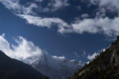 Árvores e pico snowcapped no fundo nas montanhas de Himalaya, Nepal Fotografia de Stock Royalty Free
