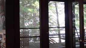 Árvores fora de uma porta de cabine vídeos de arquivo