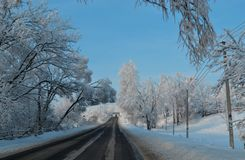 Árvores mágicas cobertas com a queda de neve da noite de Natal da neve Estrada para a fada lapland no dia ensolarado Curso românt fotografia de stock royalty free