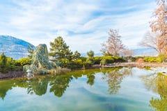 Árvores refletindo e céu da lagoa japonesa do jardim imagens de stock