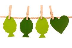 Árvores verdes e formas de papel do coração que penduram na Foto de Stock