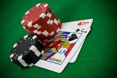 Ás de corações e do jaque preto com microplaquetas de póquer Foto de Stock