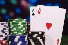 Ás dois com muitas microplaquetas de pôquer Fotos de Stock