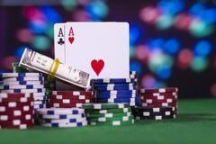 Ás dois com muitas microplaquetas de pôquer Imagens de Stock Royalty Free
