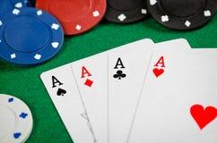 Ás e microplaquetas de póquer Foto de Stock