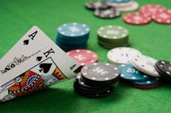 Ás e microplaquetas do rei e de póquer Fotografia de Stock Royalty Free