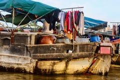Ásia aglomerou o rio entrado barco Dir da casa flutuante dos pertences pessoais Fotos de Stock