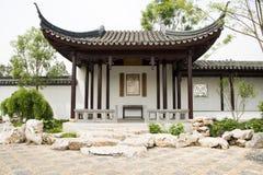 Ásia, chinês, Pequim, jardim, antiguidade, construção, corredor, pavilhão, branco, cinza, telha, parede, marrom, colunas, quadro  Fotografia de Stock Royalty Free