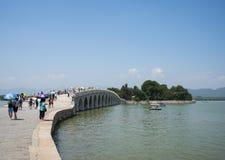 Ásia China, Pequim, o palácio de verão, a paisagem do verão, a ponte de mármore do dezessete-arco que imagem de stock