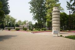 Ásia China, Pequim, o parque do mundo, torre inclinada de Œthe do ¼ diminuto do landscapeï de Pisa; imagem de stock royalty free