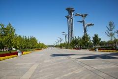 Ásia China, Pequim, o parque olímpico, avenida de vista, torre, lâmpadas da paisagem Foto de Stock