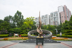 Ásia China, Pequim, parque de comunidade olímpico de Dongsi, escultura do tema, tocha Imagens de Stock