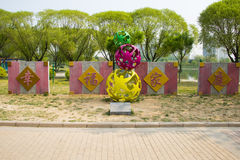 Ásia China, Pequim, parque do palácio de Sun, escultura da paisagem, família feliz Fotos de Stock