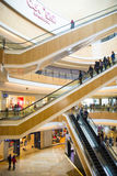 Ásia China, Pequim, plaza de compra do índigo, estrutura de construção interna imagem de stock royalty free