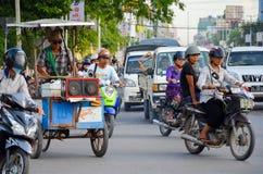 Ásia, Myanmar: Tráfego do velomotor em uma interseção em Mandalay Fotos de Stock Royalty Free