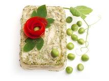 Áspide del pájaro adornado con la flor del tomate? fotos de archivo libres de regalías