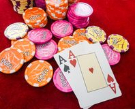 Áss na tabela com microplaquetas de pôquer Sucesso, sorte no jogo Imagem de Stock