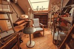 Ático de la tienda antigua con la butaca del vintage, decoración, muebles de madera, detalles retros imagen de archivo libre de regalías