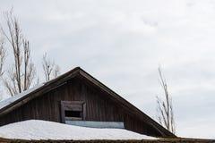 Ático de madera del tablón del tejado de la cabaña del pueblo Fotografía de archivo libre de regalías