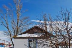 Ático de madera del tablón del tejado de la cabaña del pueblo Imagen de archivo libre de regalías