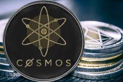 Átomo do cosmos do cryptocurrency da moeda no fundo de uma pilha de moedas fotografia de stock
