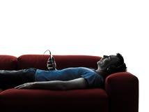 Áudio de escuta da música do treinador do sofá do homem Foto de Stock Royalty Free