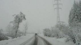Áustria Conduzindo o tiro, ponto de vista do motorista Metragem que conduz na estrada durante uma queda de neve video estoque