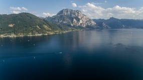 Áustria; gmunden; lago; paisagem; rio; salzkammergut; verão; skyline; ensolarado; traun; traunsee; villagealps; Áustria; azul; eu Fotos de Stock Royalty Free