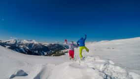 Áustria - Mölltaler Gletscher, par que joga na neve foto de stock