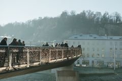 Áustria, Salzburg, o 1º de janeiro de 2017: A ponte pedestre do ` s de Mozart conecta as cidades velhas e novas Caminhada dos ped imagens de stock