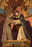 ÁVILA, ESPAÑA, 2016: La estatua policroma tallada de St Francis y de St Dominic en iglesia del monasterio real de Santo Tomas Foto de archivo